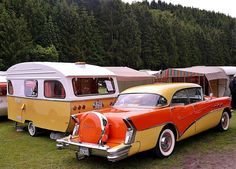 Ein Blickfang: Der amerikanische Buick Baujahr 1956 samt dem passenden Wohnwagen.