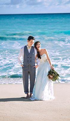 理想のハワイ挙式・ハワイリゾートウェディングを叶えるなら【ワタベウェディング】 結婚式場 式場 国内 海外 ウェディング 会場 ワタベウェディング Pre Wedding Poses, Wedding Pics, Wedding Dresses, Wedding Photography Poses, Hawaii Wedding, Wedding Designs, Bridal Hair, Wedding Inspiration, Wedding Pictures