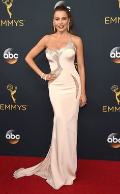 Chaud devant ! de Emmy Awards 2016 : la Fashion Police  On peut monter la clim ? Parce que Sofía Vergara fait monter la température dans sa robe moulante Versace !