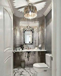 Sou suspeita, sou mais da prata do que do ouro... talvez seja demais, mas quem liga?Apaixonada por esse lavabo. ❤ #blogarqteturas #decoracao #instadecor #silver #prata #lavabo #chandelier #lustres