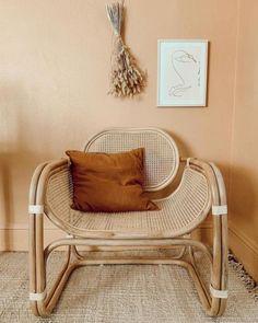 Visite privée de l'appartement à la déco naturelle de l'Instagram Ezz Wilson : fauteuil en rotin et cannage - Neutral home decor in Portland, Oregon : cane rattan armchair // Hellø Blogzine blog deco & lifestyle www.hello-hello.fr