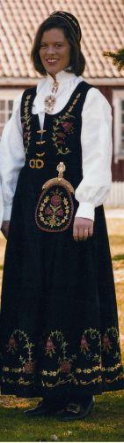 Østfoldbunaden Løkendrakten Folk Costume, Costumes, Norwegian Clothing, Norwegian Wedding, Folk Embroidery, Going Out Of Business, Traditional Outfits, Norway, Scandinavian