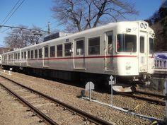 現在は富士急行を走っている元京王電鉄の5000系電車。関東で初めて登場した冷房付き通勤電車だ(写真:ヘルワイト / PIXTA)