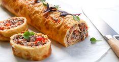 Munakasrulla täytetään jauhelihalla. Tuorejuusto, kasvikset ja juustoraaste tuovat rullaan makua. Tämän moneen tilanteeseen sopivan suolaisen voi tarjota niin lämpimänä kuin jäähtyneenäkin, juhlien kahvipöydässä tai vaikka lounaaksi.