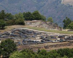 El castro de Chao Samartin (Grandas de Salime). Protegido por fosos, murallas y vaguadas fue habitado desde hace 6000 años hasta el siglo II de nuestra época en que un terremoto lo destruyó.