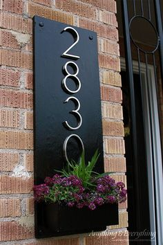 your front porch some uniqueness With this DIY Address Plaque/planter! Can you believe it was all made using scrap wood?Give your front porch some uniqueness With this DIY Address Plaque/planter! Can you believe it was all made using scrap wood? Diy Décoration, Easy Diy, Diy Crafts, Homemade Crafts, Wooden Crafts, Decor Crafts, Easy Home Decor, Home Decoration, House Front