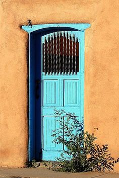 Taos, New Mexico - Yes, with color and wood the simplicity of a welcome. It just means: you're invited.