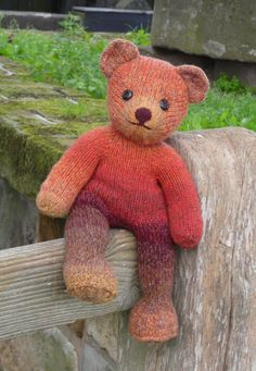 Ravelry: Teddy Bear Vera pattern by Annita WilschutVera is a classical teddy bear, a bear like every child should have. Knitting her from heavy yarn yields a friendly softy, the friend for your child or grandchild, or your own to sit on the couch. Knitting For Kids, Loom Knitting, Knitting Projects, Baby Knitting, Knitting Patterns, Knitting Toys, Bear Patterns, Animal Patterns, Free Knitting