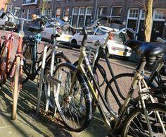 In welke straat staan deze fietsen?