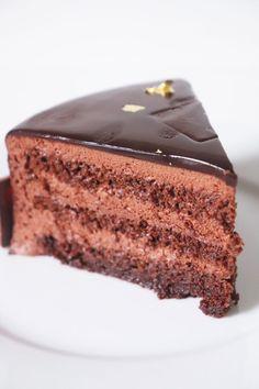 Entremets chocolat (génoises imbibées, mousse au chocolat et glaçage miroir) - Recette Olivia Pâtisse