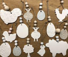 Hangers gemaakt van aan de luchtdrogende witte klei Action. Pasen. Easter. Air drying clay