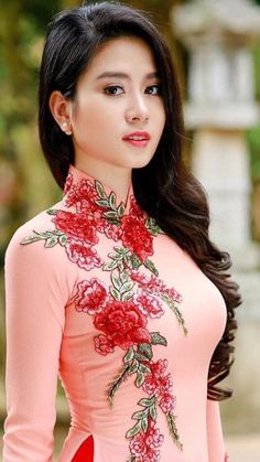 Custom made Vietnamese ao dai (áo dài) by mark&vy. Beautiful dresses for all occasions including wedding, prom or everyday wear. Made by some the best tailors in ho chi minh city (Saigon), Vietnam. Vietnamese Traditional Dress, Traditional Dresses, Vietnamese Dress, Pretty Asian, Beautiful Asian Women, Ao Dai, Asian Fashion, Elegant, Asian Woman