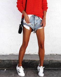 Sneakers outfits - Short denim + pull rouge et Adidas Superstar Denim On Denim, Denim Look, Distressed Denim Shorts, Short Denim, Waisted Denim, Looks Street Style, Looks Style, Denim Fashion, Fashion Outfits