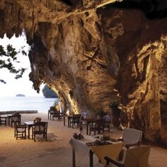 An Eastern Hotel strives to keep people in touch with nature. Lunch is done inside a cave, decorated with all the natural. (In Portuguese)