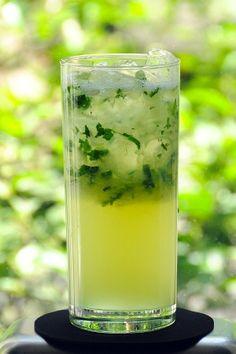 Cucumber mezcal    1 y 1/2 onzas de mezcal  2 rodajas  de pepino  4 hojitas  de yerbabuena  1/2 onza  de jarabe natural  1/2 onza  de jugo de limón