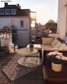 Very little is needed to furnish the balcony of the house! Benches and sofas are an excellent solution … - Alles über Dekoration Small Balcony Design, Small Balcony Decor, Small Terrace, Balcony Decoration, Small Patio, Apartment Balcony Decorating, Apartment Balconies, Bedroom Apartment, Terrasse Design