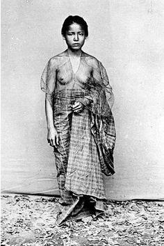 Wanita Bugis memakai pakaian sederhana sehelai sarung menutupi pinggang sampai…