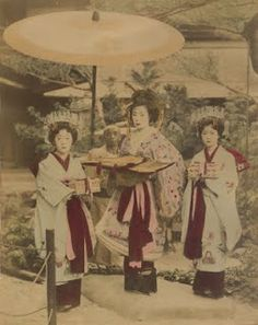Tayuu with two child attendants (kamuro) Japanese Geisha, Japanese Beauty, Vintage Japanese, Japanese Fashion, Japanese Style, Old Pictures, Pretty Pictures, Old Photos, Vintage Photographs