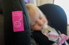 Die 10 wichtigsten Fragen und Antworten zum Fliegen mit Baby und Kleinkind - von der Buchung bis zum Check-in. Liste der im Flugzeug zugelassenen Autositze.