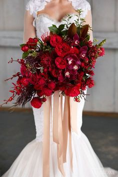 Allowed to our website, with this moment I'll explain to you with regards to Winter Wedding Flowers Red. 10 bouquets de mariée à tomber pour un mariage d'hiver page 2 sur rien n'est plus r. Red Bouquet Wedding, Red Wedding Flowers, Burgundy Wedding, Bride Bouquets, Autumn Wedding, Floral Wedding, Red Flowers, Wedding Black, Red Roses