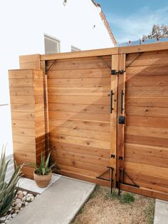 Building A Fence Gate, Wood Fence Gates, Fence Gate Design, Diy Fence, Building A Deck, Fence Ideas, Fencing, Modern Wood Fence, Bungalow