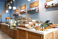 עיצוב מאפייה - דנה שקד סטודיו לעיצוב פנים - עיצוב בית קפה - דלפק עץ - סולם כדור פורח - dana shaked interior design studio - bakery design - coffee shop design - wood counter - Hot Air Balloon