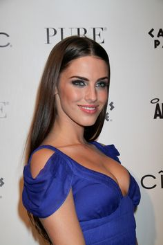 Jessica Lowndes shines in straight, sleek hairstyle!