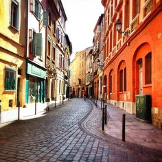 Les couleurs des boutiques toulousaines sur les vieilles rues, le côté village de la future metropole