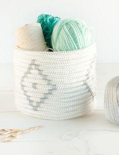 Quem diria que uma corda branca e cola quente poderiam virar um cestinho lindo desse? O tutorial completo está no blog.