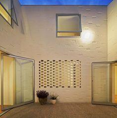ilia estudio interiorismo: Vivienda unifamiliar en torno a un patio, Australia
