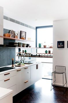Small kitchen design and ideas for your small house or apartment, stylish and efficient. Modern kitchen ideas - with island and storage organization Küchen Design, Design Case, House Design, Design Ideas, Design Inspiration, Classic Kitchen, New Kitchen, Kitchen White, Stylish Kitchen