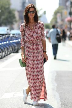 Street Style - New York Fashion Week Spring 2015 - gorgeous long sleeve maxi dress worn with sneakers Nyfw Street Style, Cool Street Fashion, Street Styles, Street Chic, Street Wear, Dress And Sneakers Outfit, Sneakers Mode, White Sneakers, Sneakers Fashion