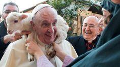 Esta imagen muestra al Papa llevando un cordero en sus hombros. Es, sin dudas, la foto más insólita del Sumo Pontífice.