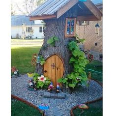 Tree Stump Fairy and Gnome house! Creative ways to add color and joy to a garden, porch, or yard with DIY Yard Art and Garden Ideas! Diy Garden, Gnome Garden, Garden Trees, Garden Crafts, Garden Projects, Diy Projects, Fairies Garden, Design Projects, Garden Bed