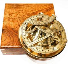 Mosiężny żeglarski zegar słoneczny z kompasem, Zegar Dollonda, kompas żeglarski z inklinacyjnym zegarem słonecznym z mosiądzu - wskazuje właściwy kierunek, pomaga zawsze wybrać właściwą drogę i bezpiecznie wrócić do domu, morski symbol wytyczania właściwego kursu, omijania życiowych raf  i niebezpieczeństw, żeglarski prezent, stylowa marynistyczna dekoracja, marynistyczny upominek, prezent dla Żeglarza  http://Sklep.marynistyka.org/kompasy-i-busole-c-1.html http://Marynistyka.eu
