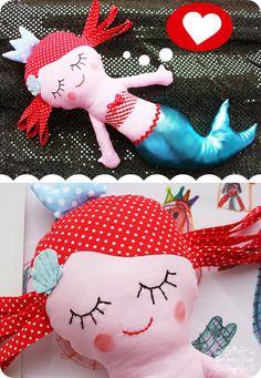 Calypso von Revoluzzza - Die schlafende kleine Meerjungfrau mit dem glänzenden Fisch-Schwanz. Wovon sie wohl gerade träumt?