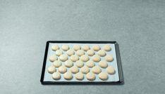 Pour des macarons tendres, moelleux et pas trop sucrés. Cette recette est simple à réaliser, mais la pâte à macarons est plus fragile car les blancs en neige sont souples et peuvent retomber. Ces coques de macarons s'humidifient facilement, il faut…