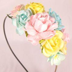 Hårpynt med blomster i pastelfarver - pinup 50'er look
