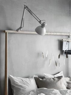 En klämmlampa på sänggaveln men den skall vara svart