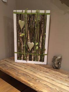 Eine andere Alternative zu einem Bild ist dieses schöne Florale Wandbild. Ein weißer Rahmen aus Holz mit Birkenstämme, Filz, künstliche Fritilaria, künstlilche Zweige, grüne Holzherzen, Perlen und...