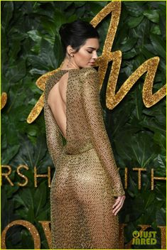 Kendall Jenner Wears Totally Sheer Dress at The Fashion Awards Photo Kendall Jenner wows on the red carpet at the 2018 The Fashion Awards on Monday (December at Royal Albert Hall in London, England. The model wore… Kendall Jenner Style, Le Style Du Jenner, Mode Kylie Jenner, Kardashian Kollection, Kim Kardashian, British Fashion Awards, Beauty Full Girl, Festival Looks, Sarah Jessica Parker