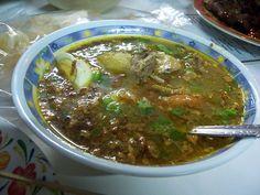 Een stevige en gekruide soep van lamsvlees.  Ingrediënten:   ca. 2 ltr. water 1/2 kg lamsvlees  1 serehstengel, gekneusd 2 salamblaadjes,  groffe peper uit een molentje (naar smaak) 1 theel zout  100 gr. taugé  200 gr. gare lontong  1 1..............lees meer op de Indische recepten website.