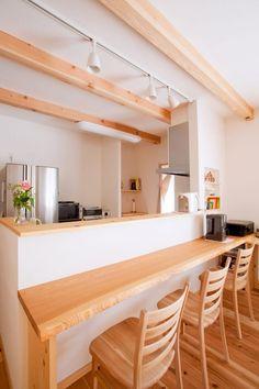 キッチンは作業しやすいように幅広に。無垢一枚板のカウンターは、より和の雰囲気を演出