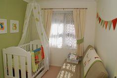 Dois cortinados em tons neutros com abraçadeira em tom igual ao quarto