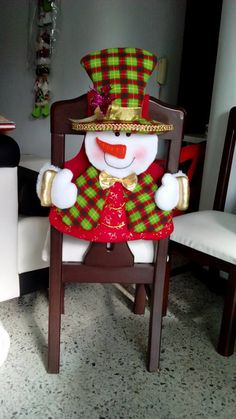 CUBRE SILLA HOMBRE NIEVE 1-4 Christmas Craft Projects, Christmas Sewing, Christmas Home, Christmas Holidays, Xmas, Christmas Ornaments, Chair Back Covers, Chair Backs, Christmas Chair Covers