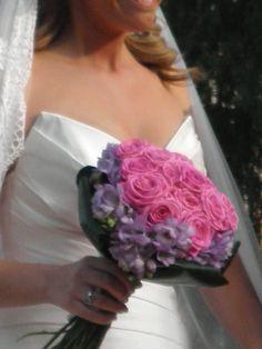 ramo de novia de rosas en color fucsia y corona de fresias lavanda