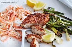 Salzstangen-Schnitzel mit Karotten-Sellerie-Salat Polenta, Parmesan, Salmon Burgers, Chicken, Ethnic Recipes, Steaks, Food, Celery Salad, Carrots
