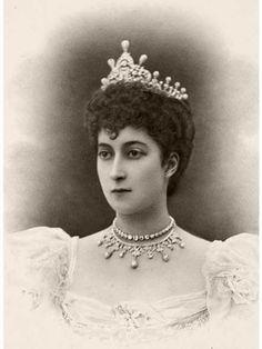 Queen Maud of Norway, wearing a pearl and diamond tiara. Royal Crowns, Royal Tiaras, Tiaras And Crowns, Maud Of Wales, Queen Isabella, Queen Elizabeth, Alexandra Of Denmark, Diamond Tiara, Princess Alexandra