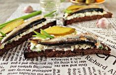 Рецепт бутербродов со шпротами с черным хлебом Mussels, Oysters, Pickles, Seafood, Sandwiches, Food And Drink, Favorite Recipes, Cooking, Christmas 2019
