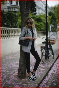 Full black outfit with a checked blazer and black sneakers. Relaxed and chic wo… Full black outfit with a checked blazer and black sneakers. Relaxed and chic work outfit Relaxed Chic – all blackThe Best Designer Work Chic Work Outfits to W Stylish Work Outfits, Work Casual, Casual Outfits, Casual Chic, Casual Shoes, Minimalist Outfit, Minimalist Street Style, Minimalist Fashion, Sneaker Outfits